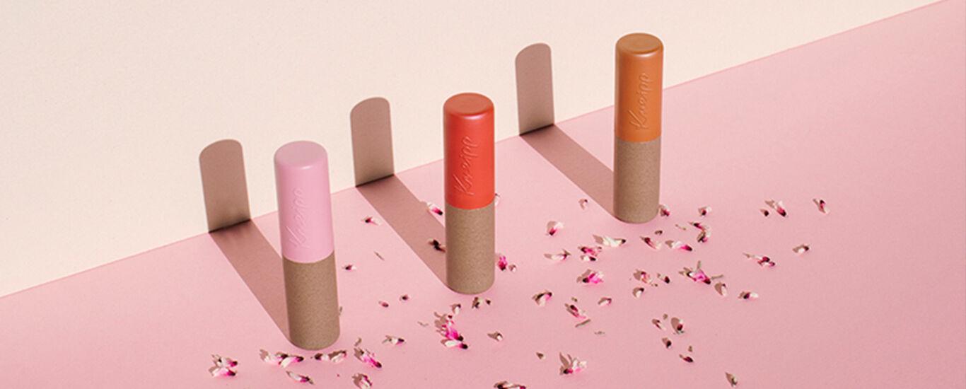 drei-lippenstifte-auf-pinkem-grund-schatten
