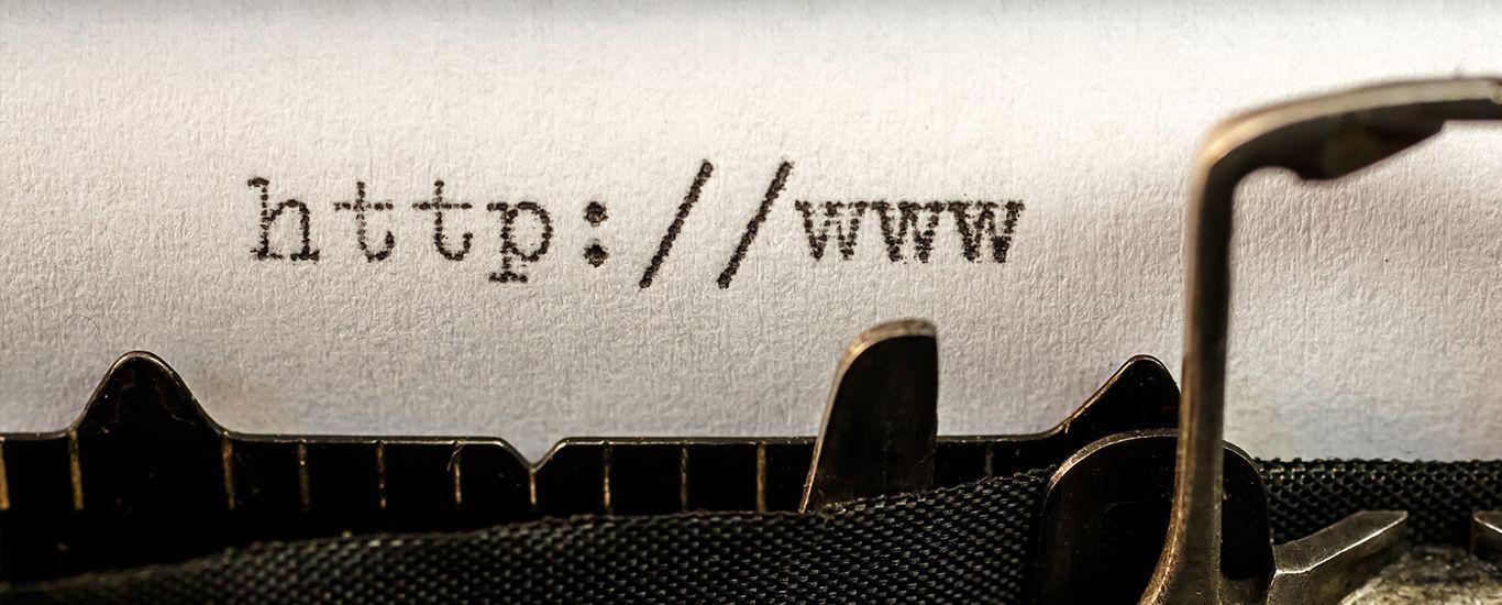 Schreibmaschine tippt URL-Adresse