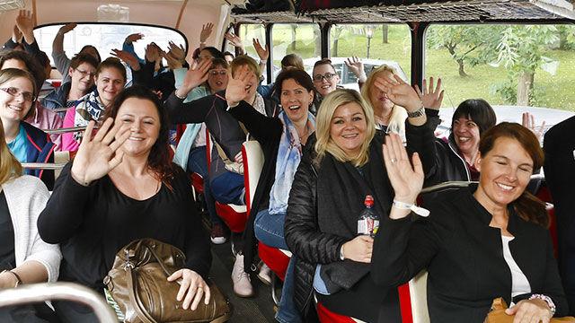 frauen-in-bus-winken