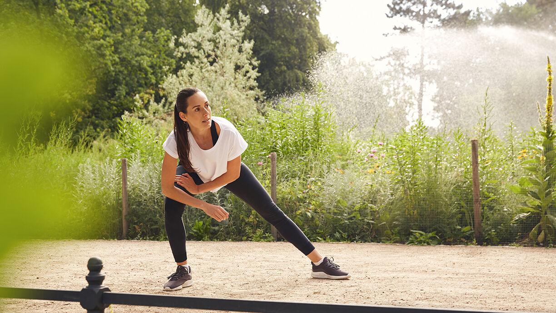 sportliche Frau dehnt sich in der Natur