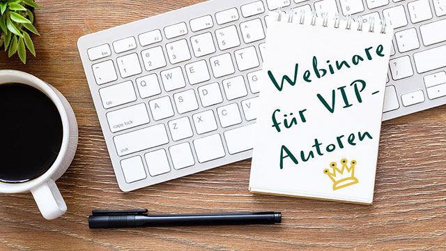 """Notizbuch mit der Aufschrift """"Webinare für VIP-Autoren"""" liegt auf einer Computertastatur, daneben Computermaus und eine Tasse Kaffee."""