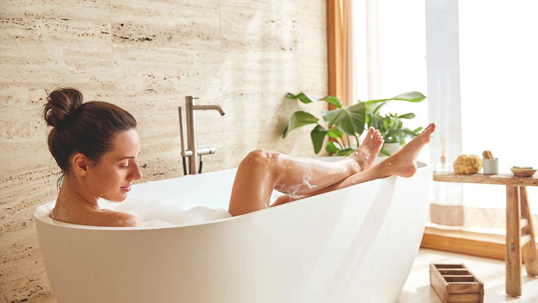 Frau entspannt in der Badekasse