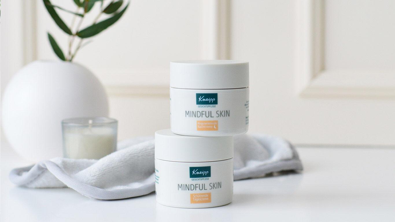 zwei-produkte-mindful-skin-vor-pflanze