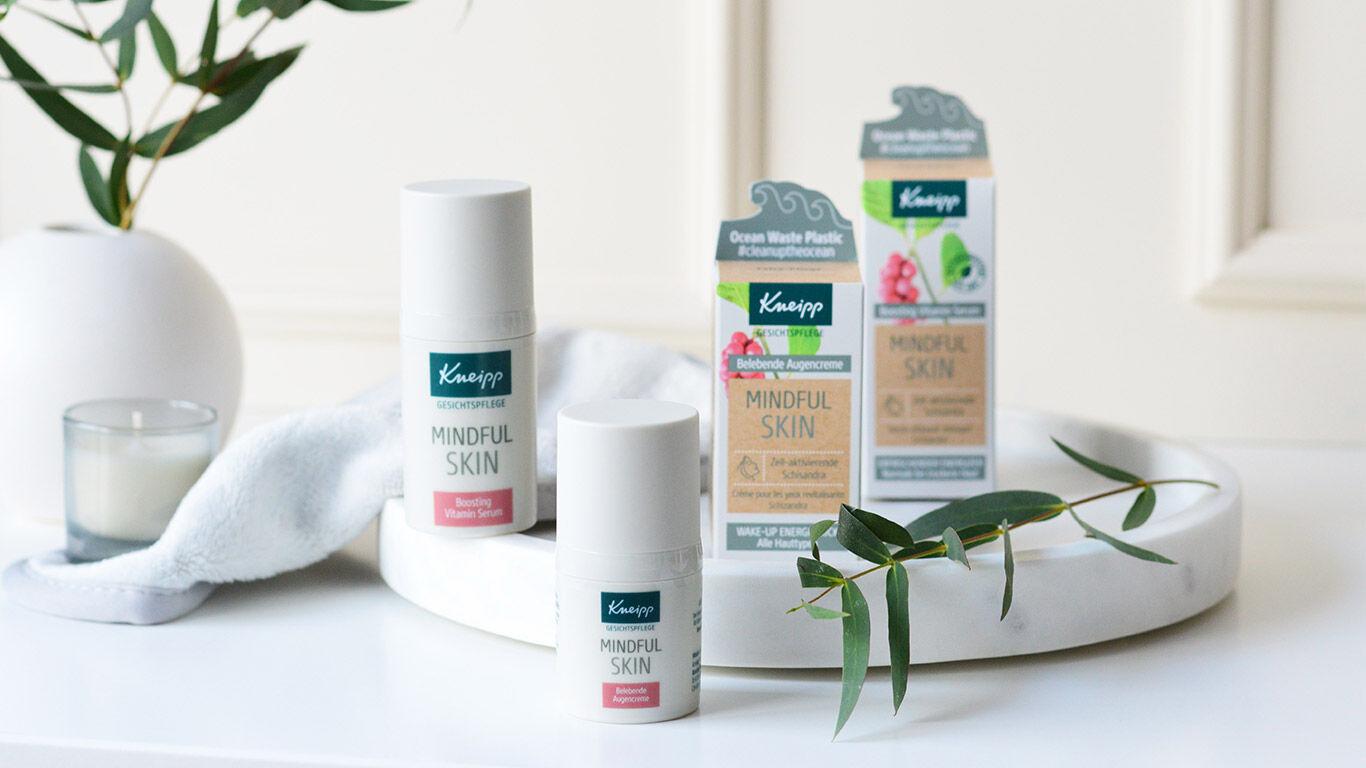 vier-produkte-mindful-skin-vor-pflanze