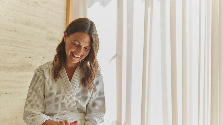 lachende Frau im Bademantel