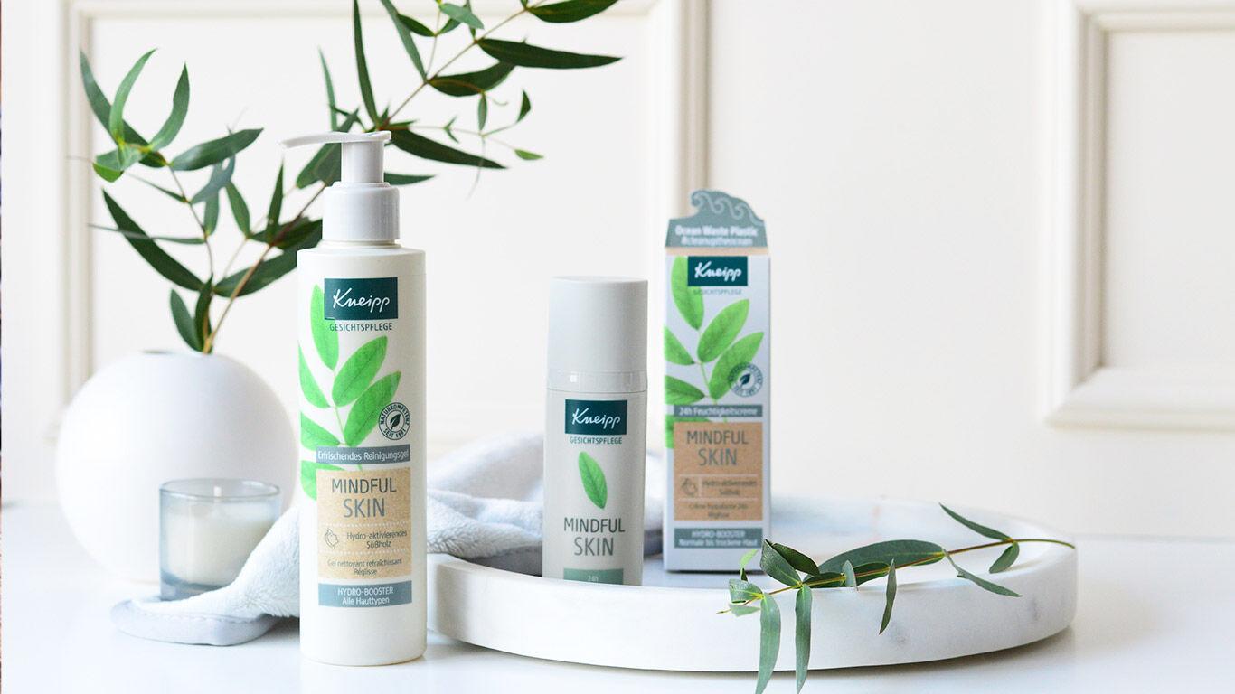 drei-produkte-mindful-skin-vor-pflanze