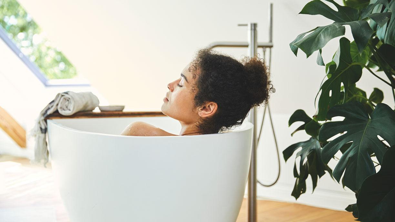 Relaxte Frau in der Badewanne