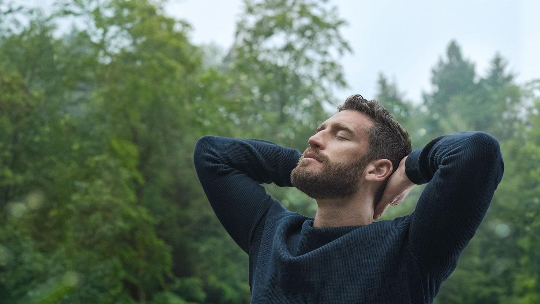 Mann entspannt im Wald