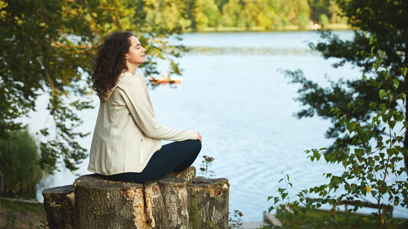 Eine Frau entspannt in der Natur.