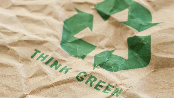 """""""Think Green"""" Aufdruck auf einer Papiertüte."""