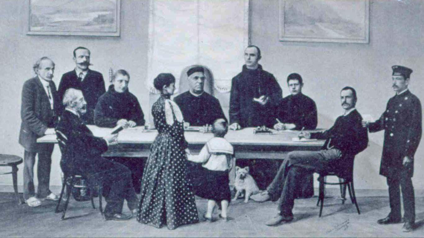 Sebastian Kneipp am Tisch mit einigen Menschen. Unter dem Tisch: sein Spitz.