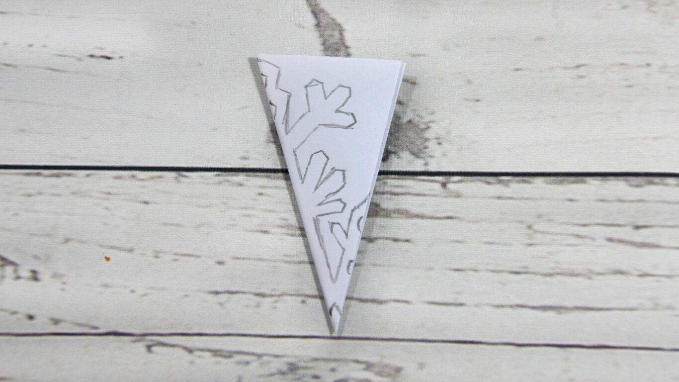 Schritt 5: Zeichne auf das Papier eine Schneeflocke und schneide diese aus.