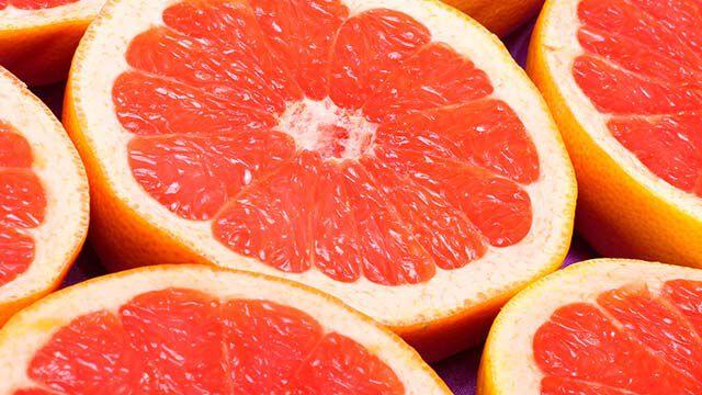Nahaufnahme von halbierten Grapefruits