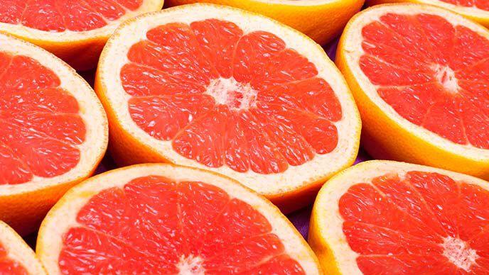 Aufgeschnittene Grapefruits aneinandergereiht.