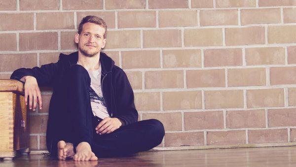 Barfußläufer Emanuel Bohlander sitzt auf dem Boden