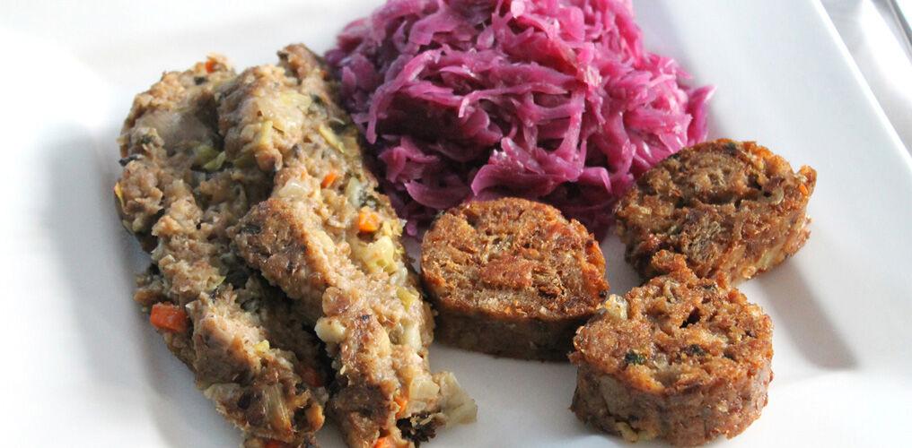 Maronen-Champignon-Braten mit Serviettenknödel und Apfel-Zimt-Rotkohl