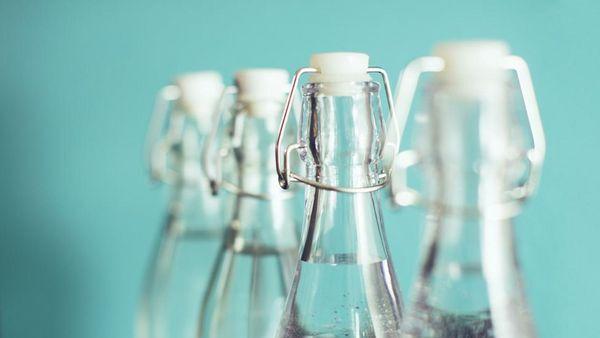 Vier Glasflaschenhälse