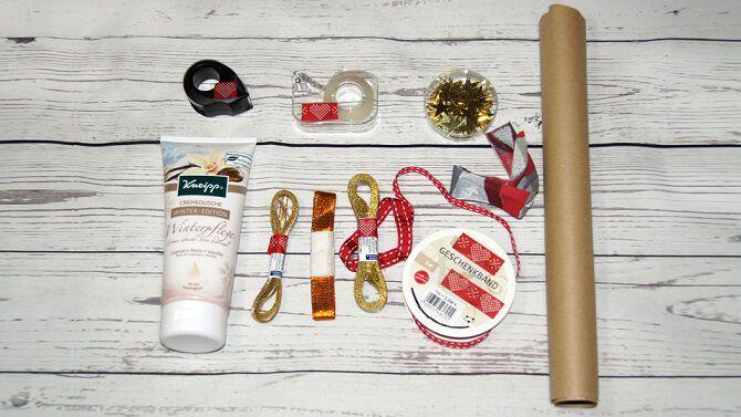 Dusch-Tube kreativ verpacken: mit Packpapier und Geschenkbandresten