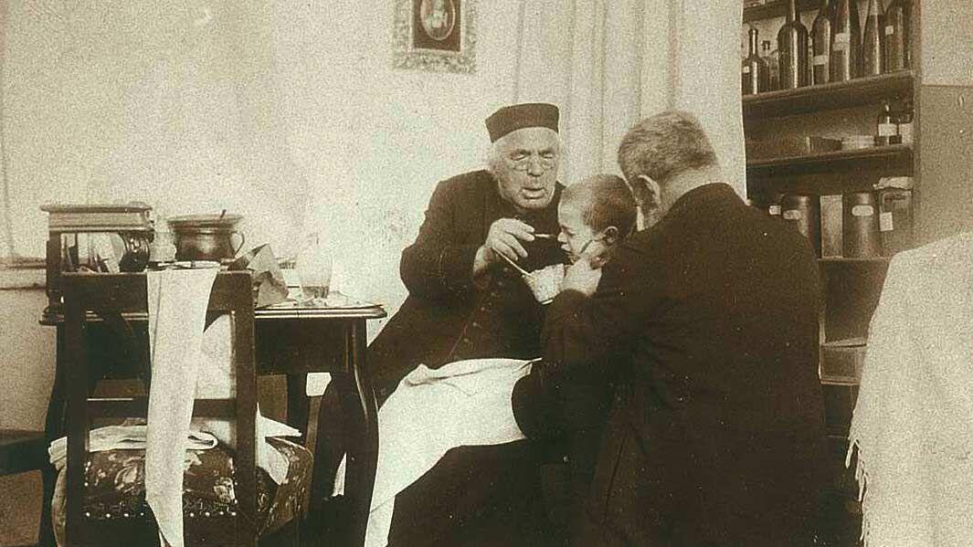 Kneipp behandelt einen Patienten