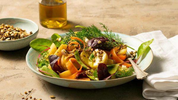 Schüssel mit buntem Salat.