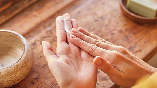 Pflege für die Hand: mehr als Creme und Maniküre