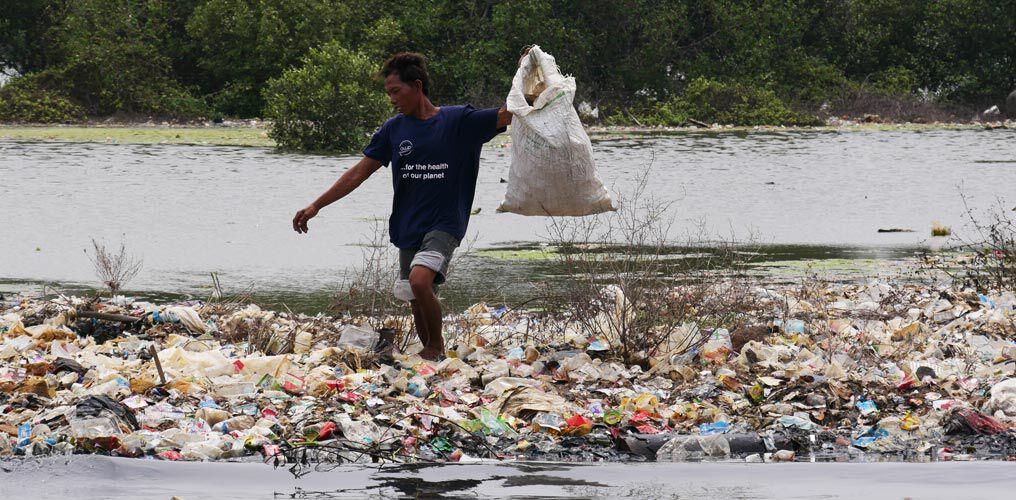 Ocean Waste sammelt sich an den Sandbänken vor Jakarta