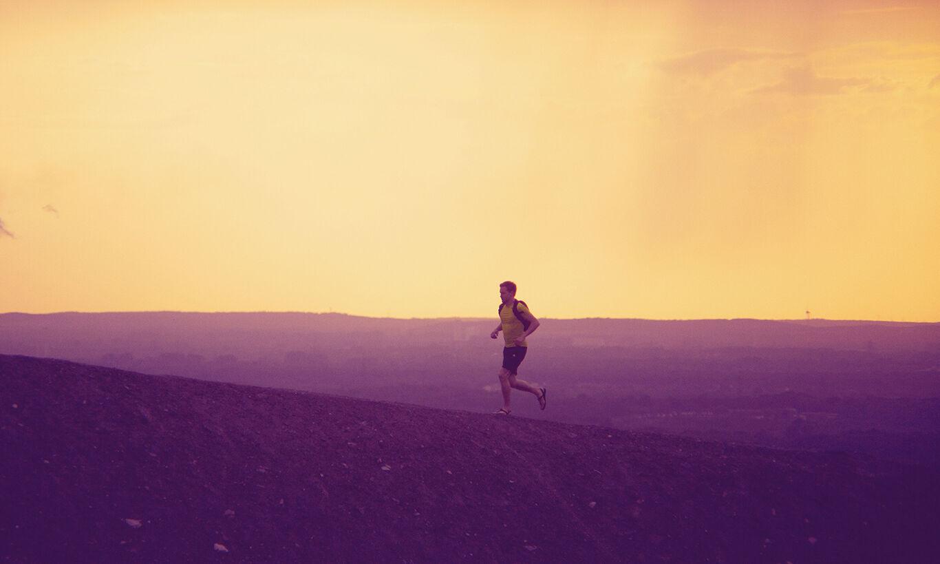 Barfuß zu joggen, ist nicht überall gefahrlos möglich. Der Boden kann sehr hart sein.