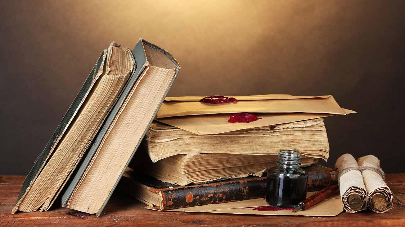 Bücherstapel und Tintenfass