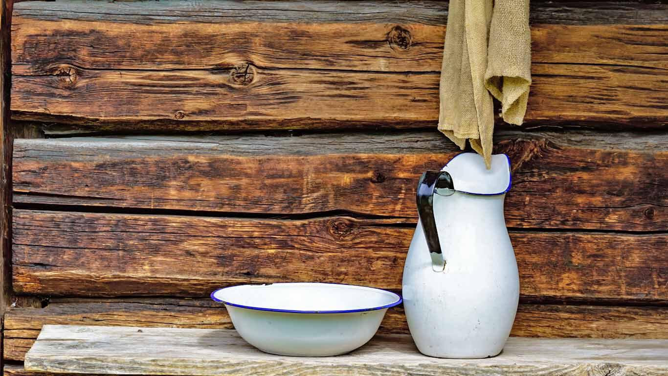 Körperreinigung vor der Erfindung der Dusche: Mit Wasser und Krug