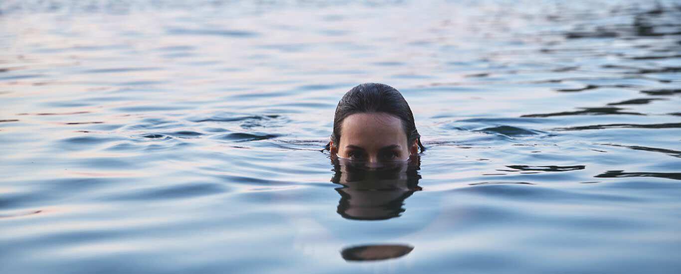 Schwimmen in klarem Wasser
