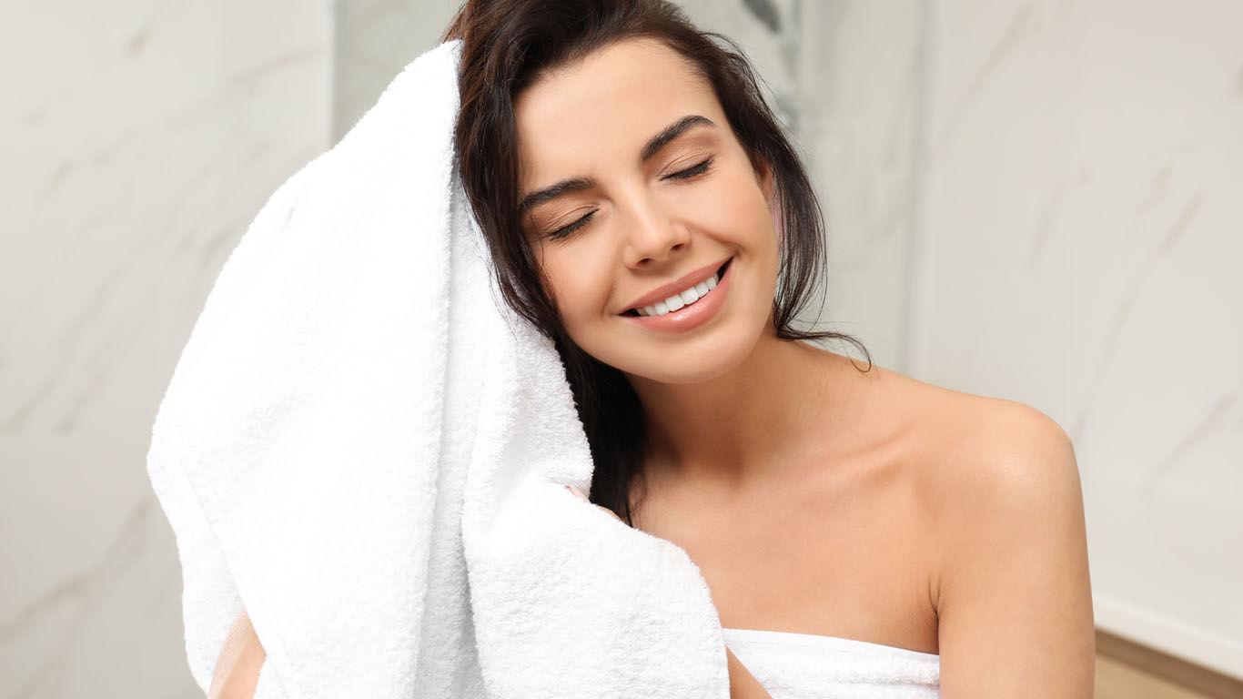Nach dem Duschen die Haut sanft abtupfen