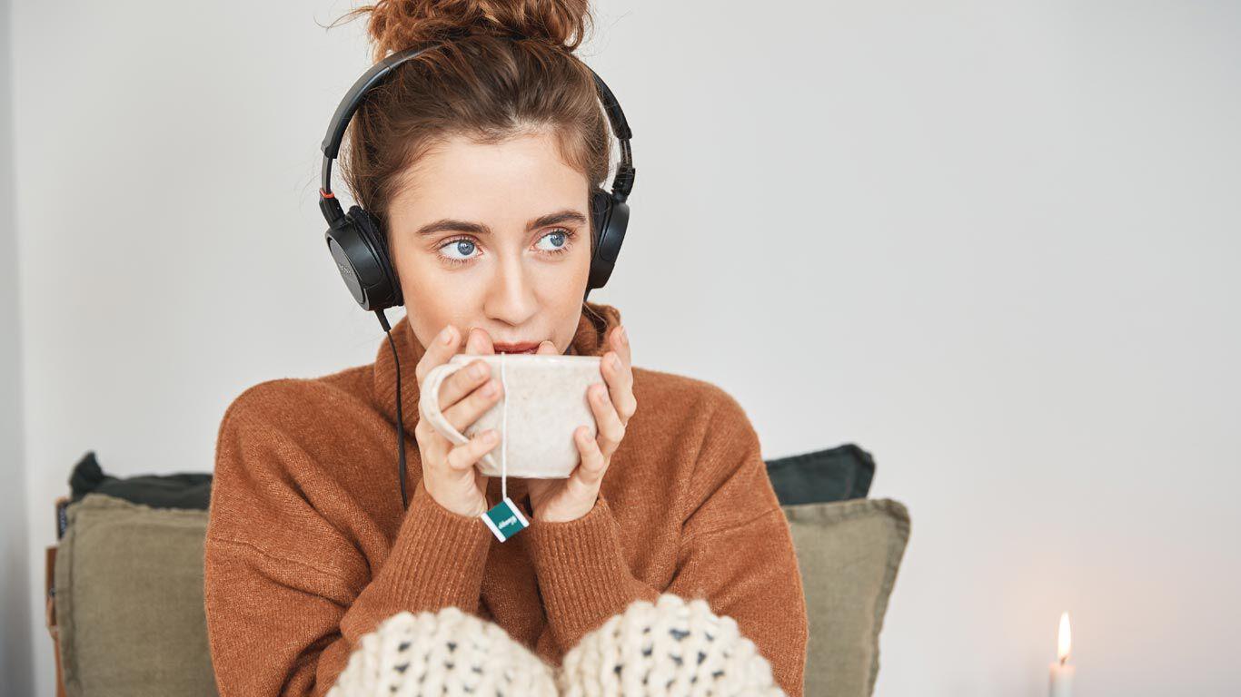 Junge Frau entspannt mit einer Tasse Tee