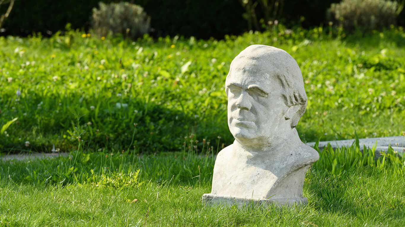 Ein Kneipp-Büste aus Stein im Kräutergarten am Kneipp Hauptsitz