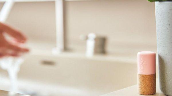 Lippenpflegesift steht auf einem Badezimmerschrank. Im Hintergrund ist ein Waschbecken zu sehen.