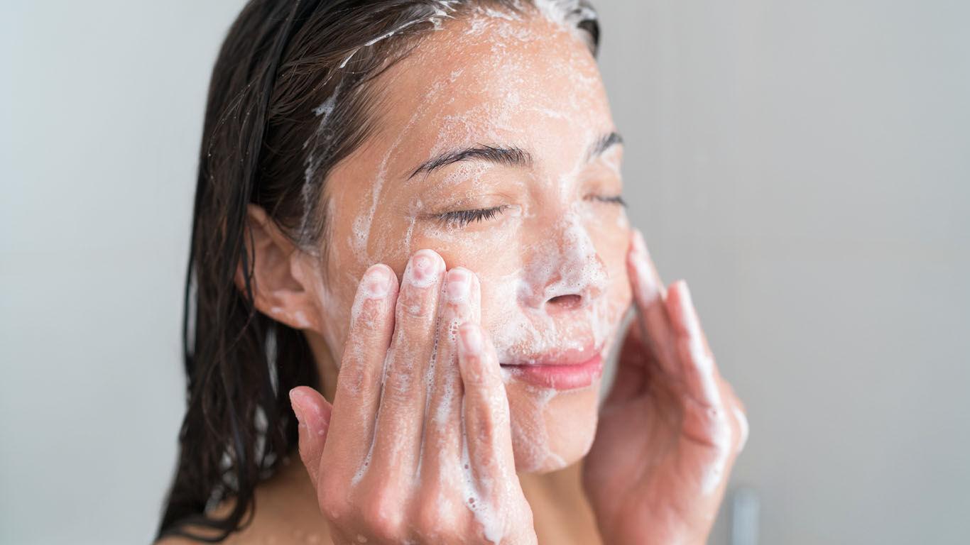 Typischer Fehler beim Duschen: Das Gesicht mit Körperpflegeprodukten reinigen