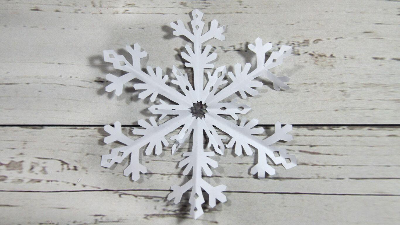 Schritt 6: Falte die ausgeschnittene Schneeflocke vorsichtig auf.