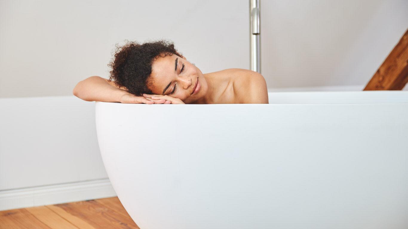 Junge Frau entspannt in der Badewanne