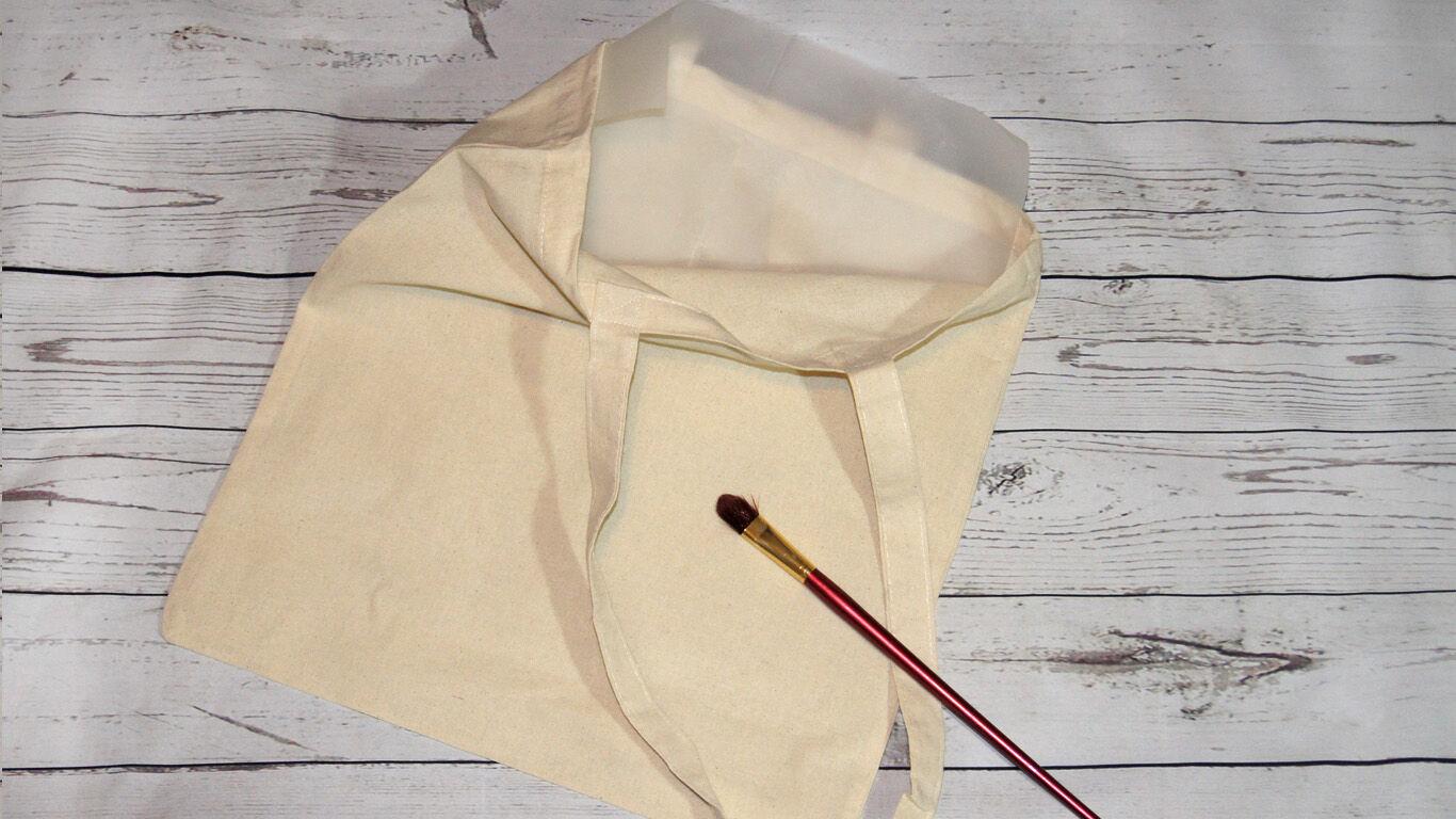 Schritt 1: Stecke das Backpapier in die Baumwolltasche