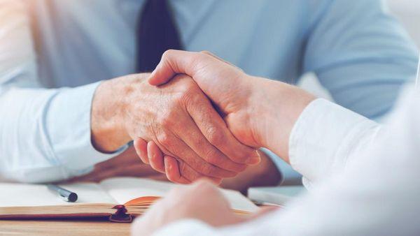 Handschlag im Business-Umfeld.