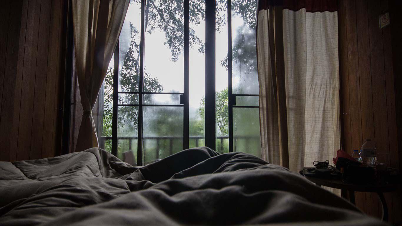 Offene Fenster im Schlafzimmer