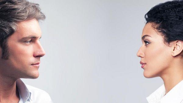 Mann und Frau sehen sich im Profil an.