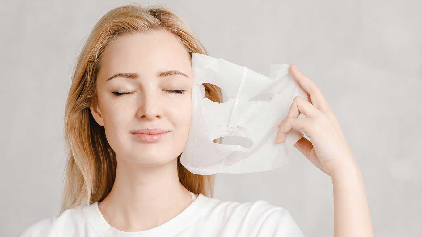 Entspannte Frau mit Tuchmaske